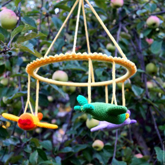 Мобиль на детскую кроватку `Самолетики`. Можно заказать мобиль с другими игрушками и в любой цветовой гамме, выбрать длину веревочек - держателей.