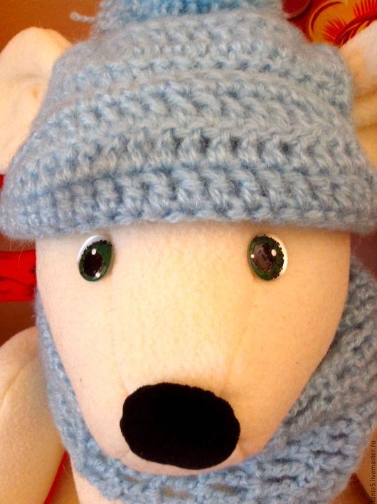 носик у нашего Мишутки бархатный, а шапочка и шарфик связаны из акриловой пряжи