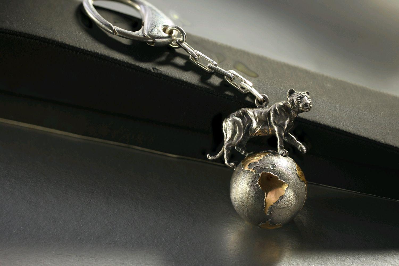 Брелок для ключей. Тигр на земном шаре. Серебро 925 Позолота 24 К, Автомобильные сувениры, Санкт-Петербург,  Фото №1