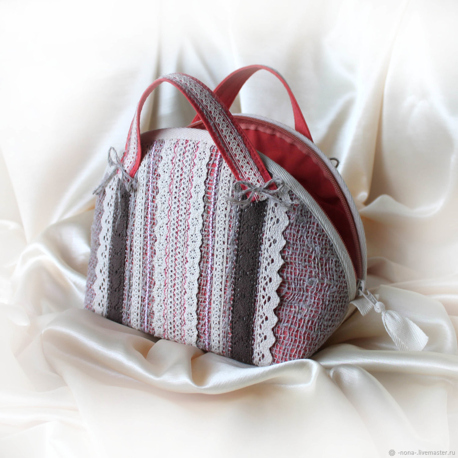 For Foundation cosmetics used bright coral (red) cotton. Combined with cotton lace and burlap cosmetic bag evokes the image of a delicate and cute Assol, waiting on the shore of the sea of Scarlet sai