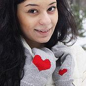 Аксессуары ручной работы. Ярмарка Мастеров - ручная работа Вязаные варежки теплые с сердцем (серый, красный, снег) для влюбленных. Handmade.