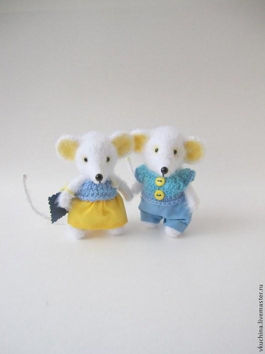 белый синий пара мышек белые мышки мышка мышь мышонок мышата мышки мыши вязаные игрушки вязаные мышки мышонок авторская мышь мышка игрушка подарок интерьерная игрушка авторская игрушка
