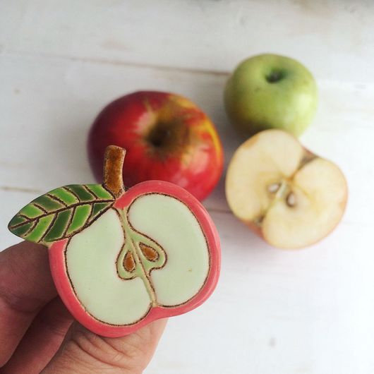 """Броши ручной работы. Ярмарка Мастеров - ручная работа. Купить Брошь """"Яблочко"""". Handmade. Яблоко, подарок, керамика ручной работы"""