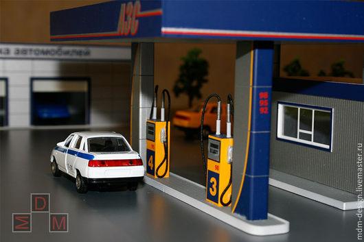Масштаб макета 1:72.На макете показаны здания и сооружения автозаправочной станции. Макет демонстрирует систему очистных сооружений для АЗС.