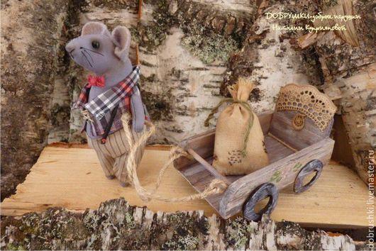 Милая текстильная игрушка-мышонок. Он размером с натуральную мышку-11 см. Тонирован кофе.