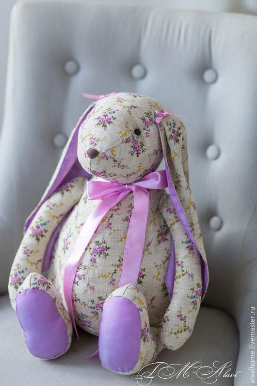 Текстильная `Шебби-зайка` из 100% льна с принтом в мелкие цветочки. Точное повторение работы не возможно.