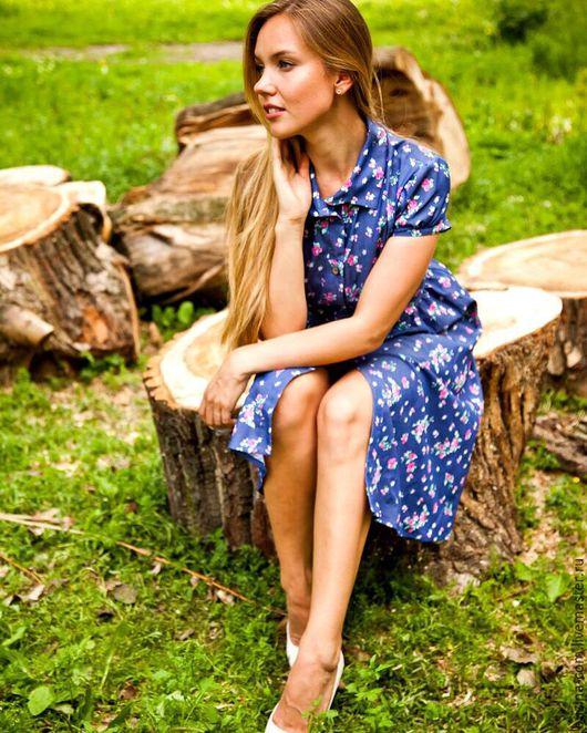 Всегда актуальное платье с флористическим принтом длиной ниже колен приталенного силуэта с рукавами `фонариками` создаст женственный, но при этом комфортный образ.