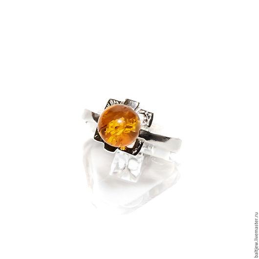 Кольцо с балтийским янтарем `Версаль`. Серебро 925 пробы. Искрящийся балтийский янтарь медового оттенка.