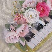 Звуки музыки. Пианино. Композиция с конфетами и шоколадом