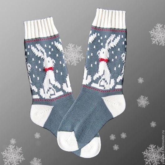 Носки вязаные шерстяные с орнаментом `Зайцы`. Носки связаны из высококачественной пряжи-австралийский меринос. Носок и пятка в носочках дополнительно усилены,резинка-манжет имеет плотное прилегание.