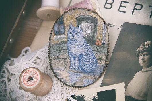 Броши ручной работы. Ярмарка Мастеров - ручная работа. Купить Вышитая брошь в винтажном стиле с котом. Handmade. Голубой, котэ