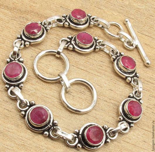 Шикарный браслет с натуральными рубинами в серебре.
