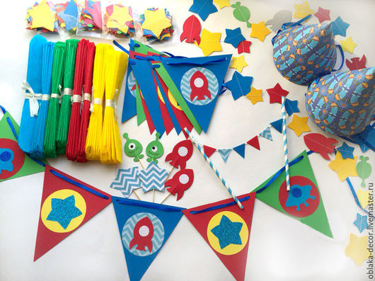 Состав набора: гирлянда из флажков (2 шт), гирлянда вертикальная (6 шт по 1,5м), помпоны (8 шт), мини-топперы (6 шт), топпер на торт, колпачки (6 шт), набор креплений.