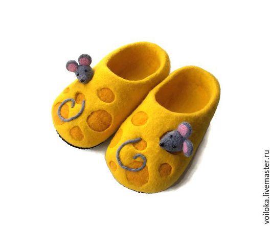 """Детская обувь ручной работы. Ярмарка Мастеров - ручная работа. Купить Тапочки детские """"Сырррр"""". Handmade. Желтый, тапочки, войлок"""