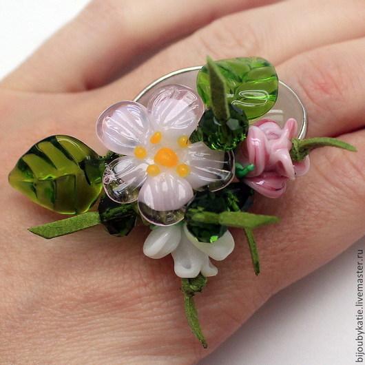 Кольцо перстень выполнено на основе с природным, натуральным розовым кварцем. Для цветочной композиции использовались стеклянные бусины-цветы, ручной работы в технике лэмпворк lampwork (лэмпворк)