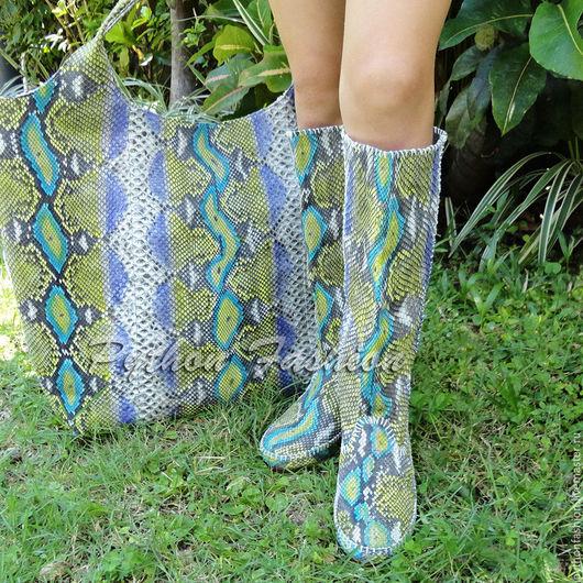 Легкие весенние сапоги из кожи питона на низком каблуке. Авторская женская весенняя обувь из питона ручной работы на заказ. Стильные яркие женские сапоги из кожи питона на весну на лето. Модная весна.