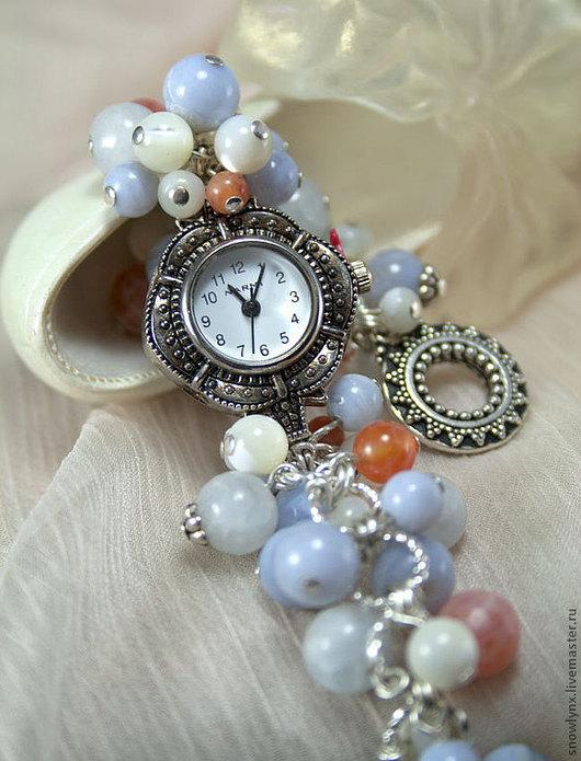 Часы на браслете из натуральных камней. Часы-браслет из бусин перламутра, голубого халцедона, кальцита, огненного агата и ларимара.