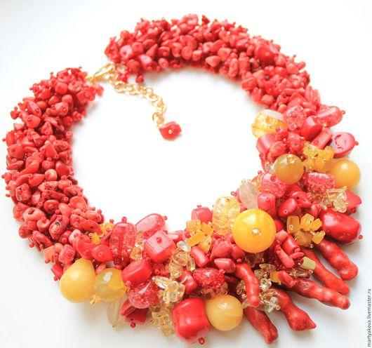 Эффектное украшение на шею – крупное колье из кораллов, натуральных камней и янтаря.