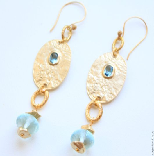 Эффектное украшение – нежные и легкие серьги с натуральным камнем – голубым кварцем (аква кварцем) и декоративным элементом золотого цвета (позолоченным), украшенным ювелирным стеклом.