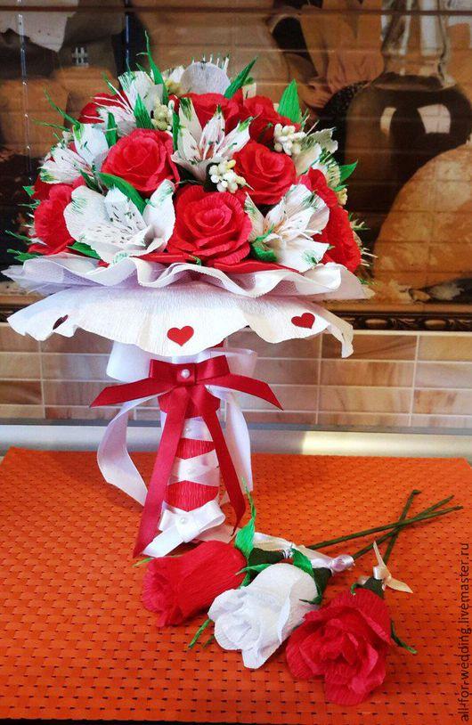 Свадебный букет невесты `Рафаэлло`  Рядом с букетом три розы с конфетой `Рафаэлло`. 79 рублей за штуку (возможны скидки)