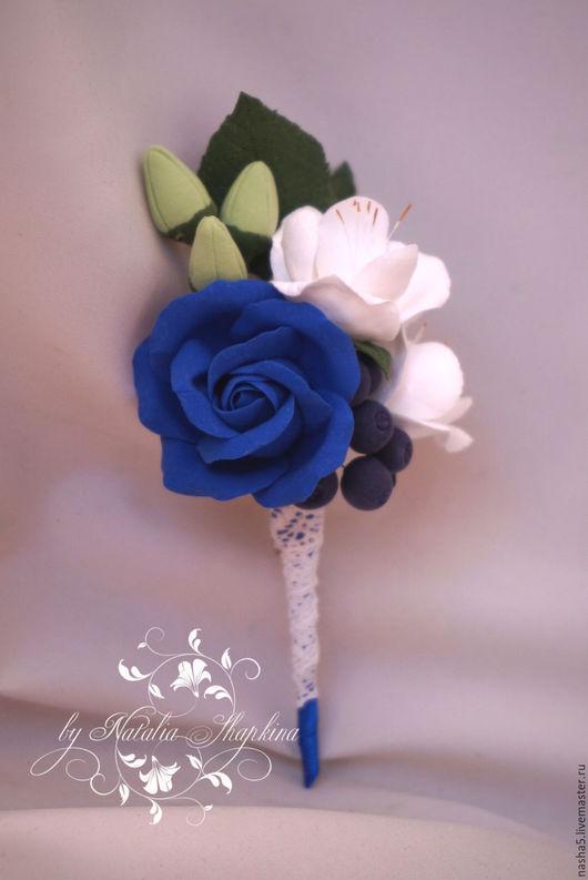 Бутоньерка с синей розой, фрезиями и черникой