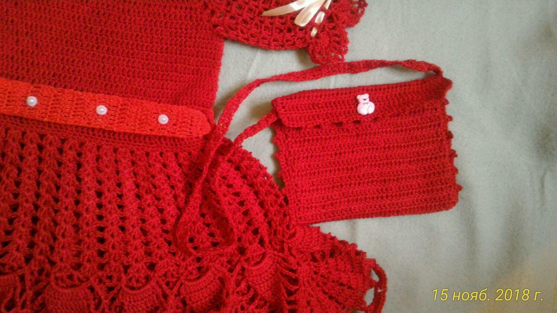 Платье для девочки нарядное вязаное крючком с сумочкой