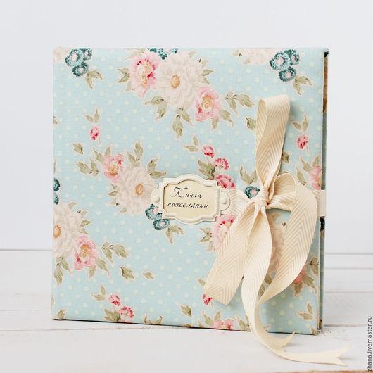 Книга пожеланий Голубые цветы Мягкая обложка обтянута плотным нежным  хлопком, на корешке плетеный вручную каптал.  В книге пожеланий около 30 листов плотной (120 г/м2) бумаги цвета слоновой кости.