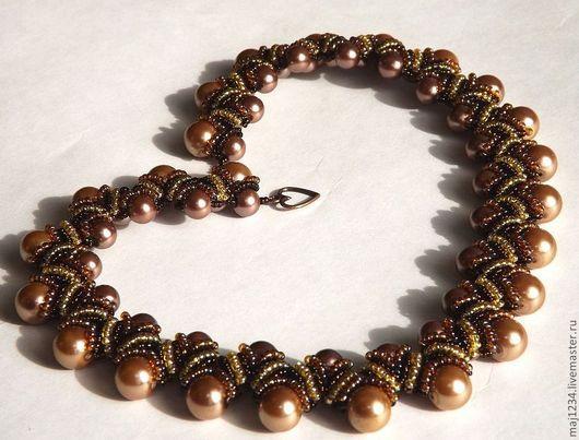Эффектное сочетание нескольких оттенков коричневого и бежевого цветов удачно сочетается как с повседневной одеждой, так и станет прекрасным украшением к вечернему наряду.