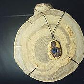 Подвеска ручной работы. Ярмарка Мастеров - ручная работа Подвеска из спила акации с камнем. Handmade.