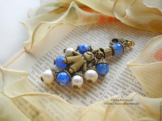 Брелок двухцветный Малыш, голубой агат, белый натуральный жемчуг, брелок для ключей, украшение на сумку, ollika handmade, ollika Ольга Дмитриева