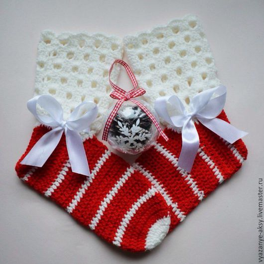 Носочки вязаные  `Снегурочка`, выполнены крючком из мягкой уютной полушерсти, дополнены милыми бантиками! Согреют ваши ножки и поднимут настроение своей яркой новогодней расцветкой!