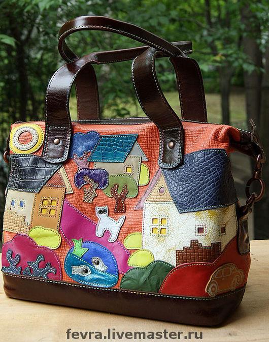 Сумка с темно- коричневой отделкой, ручки позволяют носить сумку на плече.