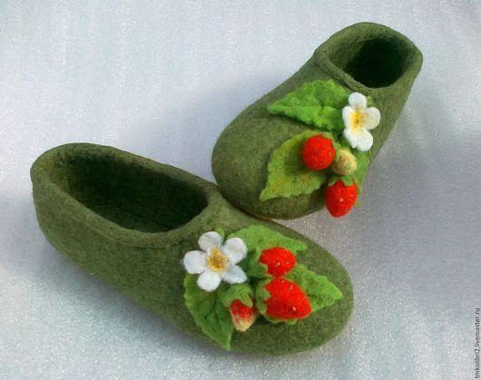 """Обувь ручной работы. Ярмарка Мастеров - ручная работа. Купить Детские  валяные тапочки """"Клубничка"""". Handmade. Зеленый, красивые тапочки"""
