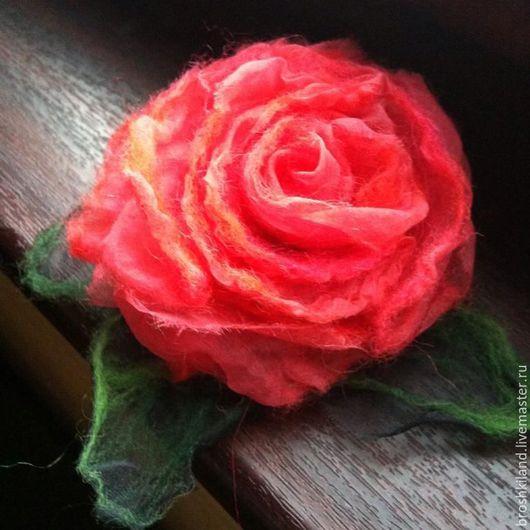 Яркая брошь `Коралловая роза`. Выполнена в технике нунофелтинг (шелковая органза + шерсть мериноса). Застежка позволяет носить брошь на одежде и волосах.