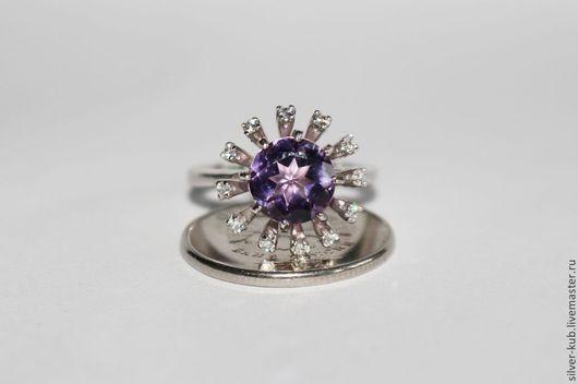 Кольцо ручной работы.\r\nМатериал: Серебро 925 пробы.\r\nКамни: Аметист, фианиты.\r\nПокрытие: Родий.