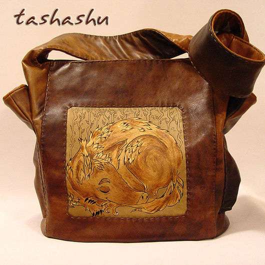 сумка с шелковым подкладом, два внутренних кармана (открытый и на молнии)