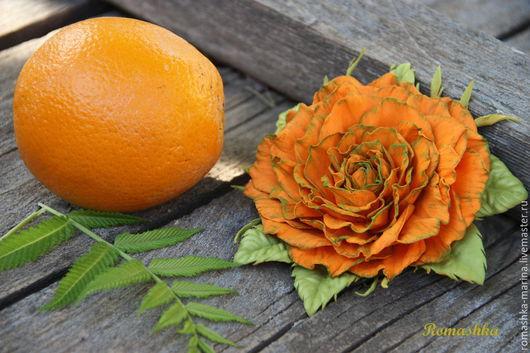 Роза из фоамирана `Апельсинка` излучает свет, тепло, радость, отличное настроение и кажется, что вот-вот почувствуешь запах  апельсина. Крепление можно сделать и заколку,и брошь - на выбор.