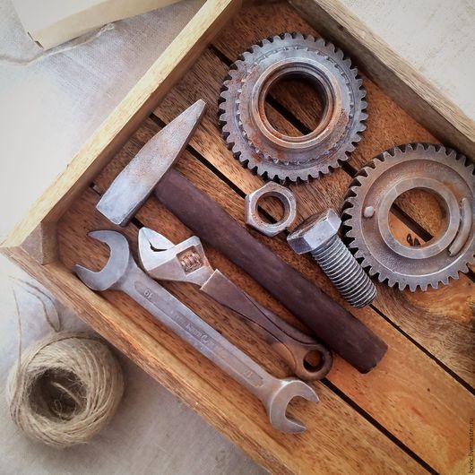 шоколадный набор входят: — 1 молоток, — 1 гаечный ключ, — 1 газовый ключ, — 1 гайка, — 1 большой болт, — 1 большая шестеренка,  — 1 малая шестеренка.
