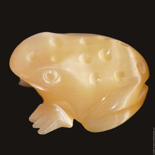 Статуэтки ручной работы. Ярмарка Мастеров - ручная работа. Купить Лягушка резная с точками - фигурка из камня Селенит. Handmade. Фигурка