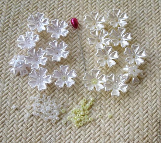 Наборы для творчества : бусины- цветочки акриловые с перламутровым эффектом  в двух вариантах -  белые или молочного цвета  и к ним бисер белого или пастельно жёлтого цвета