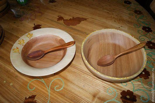 Тарелки из яблони и граба, ясеня и граба, инкрустированные янтарем