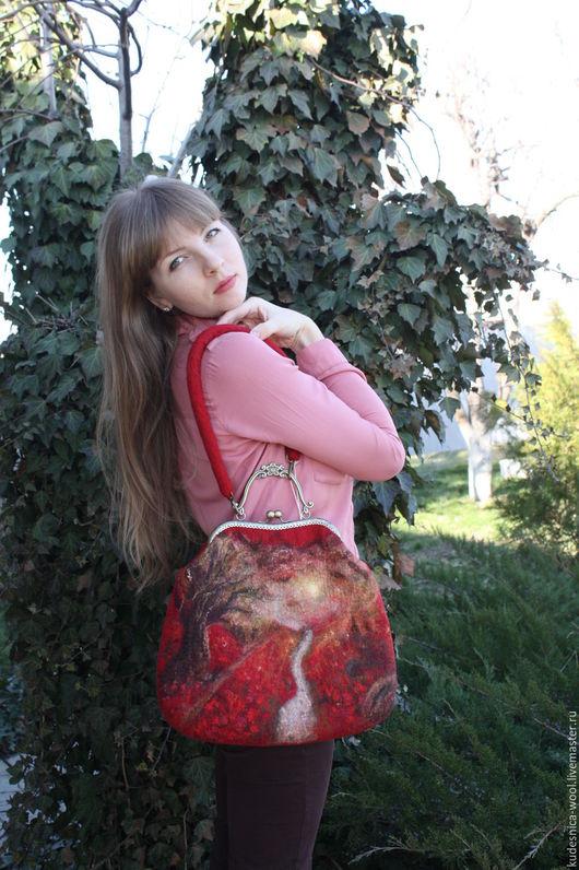 Сумка «Долина цветов» выполнена в технике мокрого валяния. Она предназначена для тонкой и яркой натуры, любящей и ценящей природу.На сумке изображен закат солнца, лучи которого отражаются на ветвях