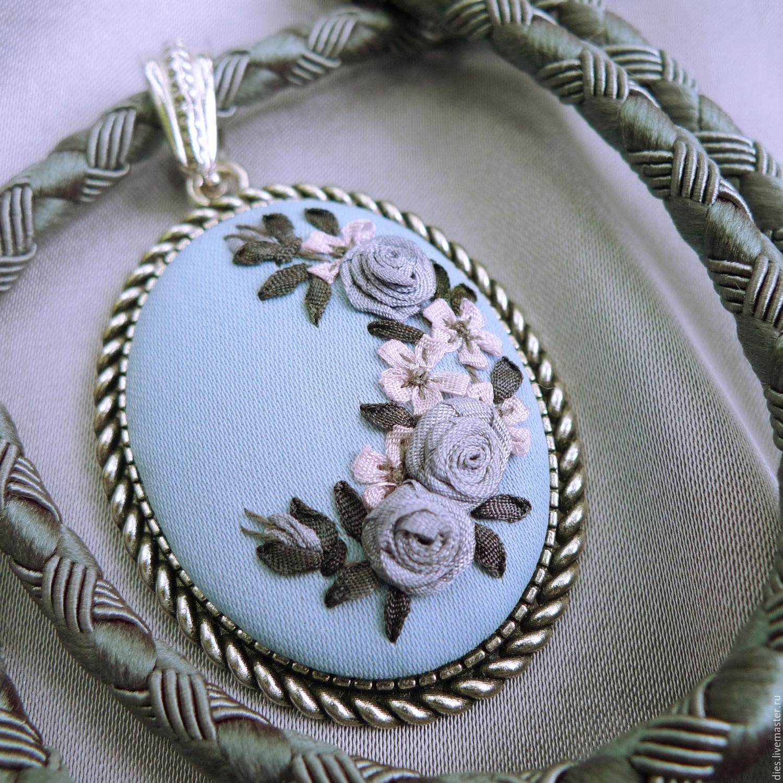 Кулон с вышивкой