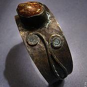 Украшения ручной работы. Ярмарка Мастеров - ручная работа SAGRADA - Кованый браслет из латуни,меди  и янтаря. Handmade.