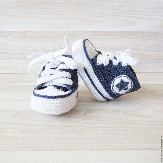пинетки конверсы вязаные для мальчика, вязаные пинетки кеды, детские пинетки вязаные, пинетки в подарок новорожденному, подарок на рождение ребенка, пинетки в подарок
