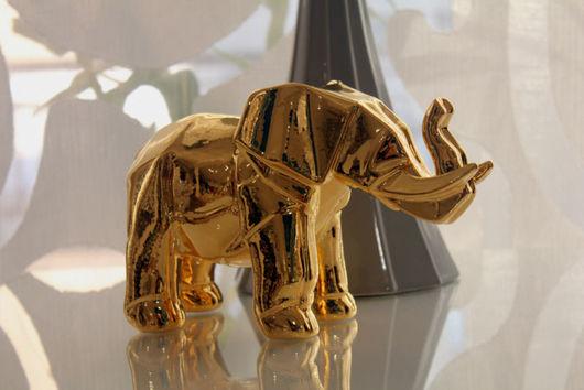 Слон - распространенный символ силы, здоровья и хорошей энергии. Фигурка выполнена в интересном стиле Оригами, имеет стильный вид и современное прочтение.