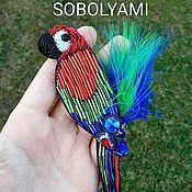 Попугай ара, яркий , с перьями, брошь из бисера.