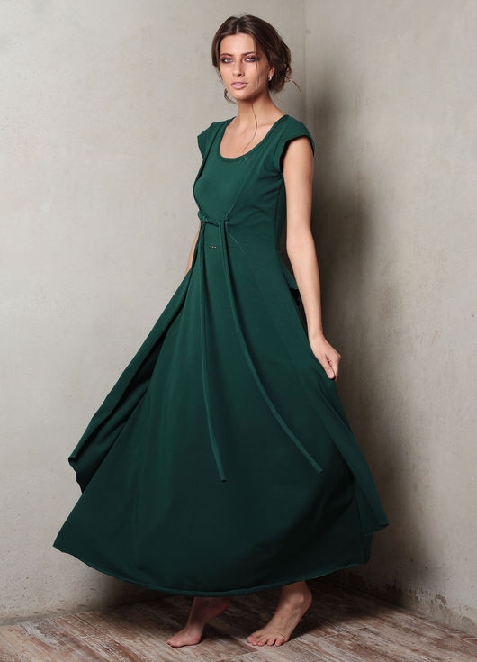 Весенние платья `Вест` - изящные и воздушные, приталенные с объемным, зрительно удлиняющим ноги подолом. Возможно исполнение с капюшоном или без.