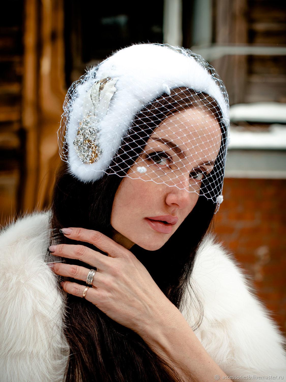 Эпотажная полу шляпка из из меха белой норки White American со сьёмной вуалью и винтажной брошью.