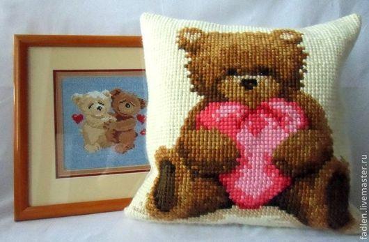 """Вышитая подушка """"Сердечный Тедди"""",40/40см.\r\nЦена указана за наволочку. Подушка продается дополнительно(180руб)\r\nКартинка продается http://www.livemaster.ru/item/5016099-kartiny-panno-kar"""